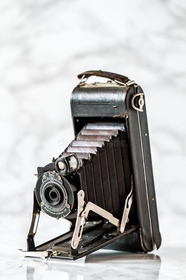 Antykwarska kodaka falcowania kamera na Marmurowym tle zdjęcia stock