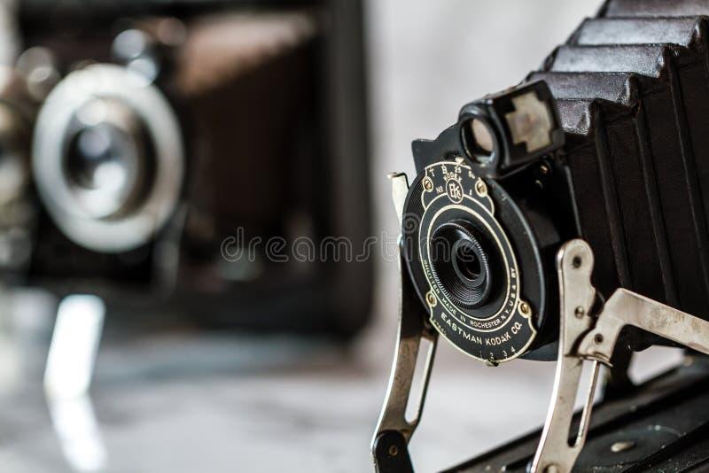 Antykwarska kodaka falcowania kamera na Marmurowym tle obraz stock