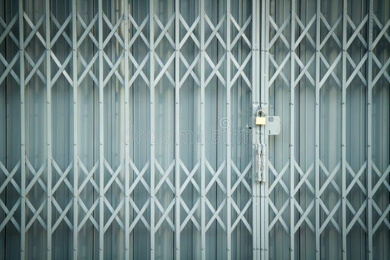 Antykwarska obruszenie stal blokował żaluzi drzwi, tekstury tło obraz stock