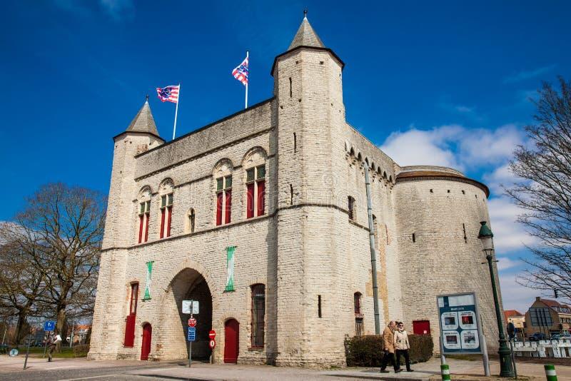 Antykwarska Przecinająca brama ramparts w dziejowym miasteczku Bruges zdjęcia stock