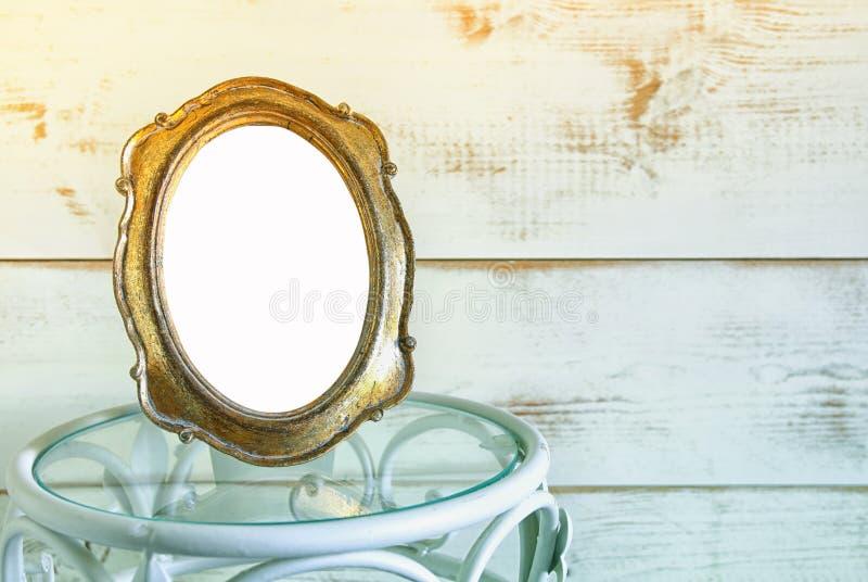 Antykwarska pusta rocznika stylu rama na rocznika stole szablon, przygotowywający stawiać fotografię Rocznik filtrujący zdjęcie stock