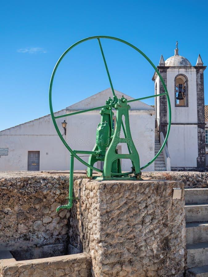 Antykwarska r?ka Dzia?aj?ca pompa wodna, Cacela Velha, Wschodni Algarve, Portugalia zdjęcie stock