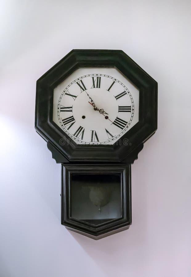 Antykwarski ścienny zegar z wahadłem odizolowywającym na białym tle obraz stock