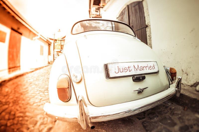 Antykwarski ślubny samochód z właśnie zamężnym znakiem zdjęcie royalty free