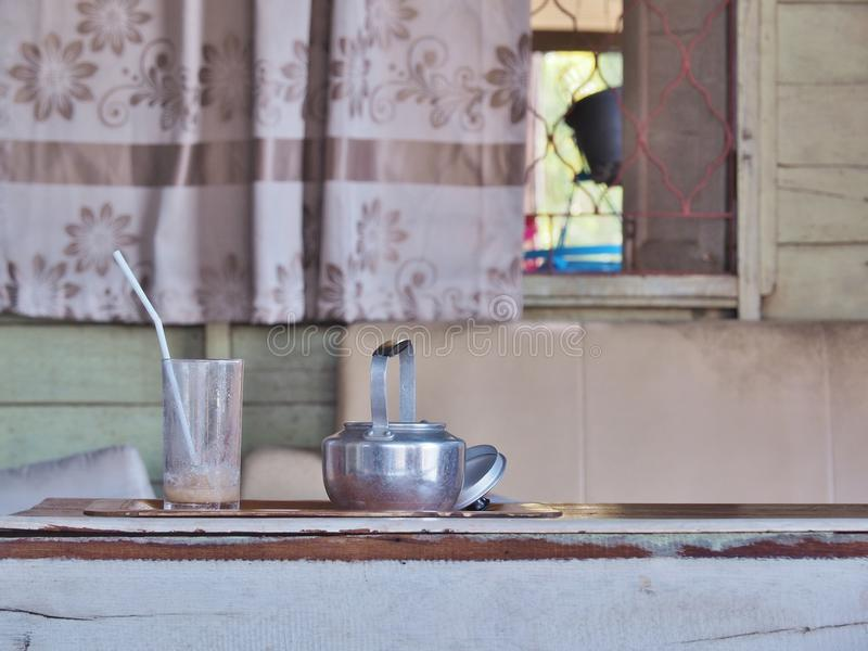 Antykwarski Aluminiowy czajnik i pusty szkło z tubką zdjęcia royalty free