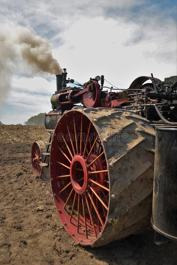 Antykwarski Amish parowy ciągnikowy silnik przygotowywa pole fotografia royalty free