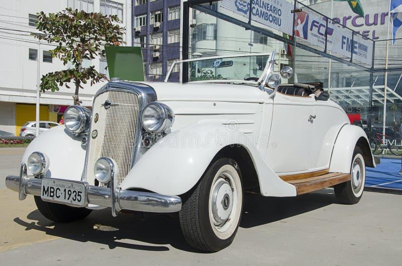 Antykwarski Biały Chevrolet samochód fotografia stock
