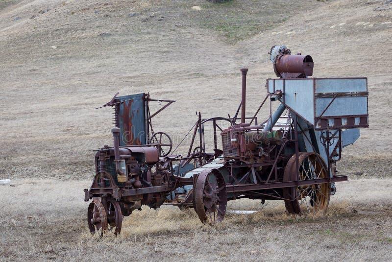 Antykwarski ciągnika i siana Bailer zdjęcia stock
