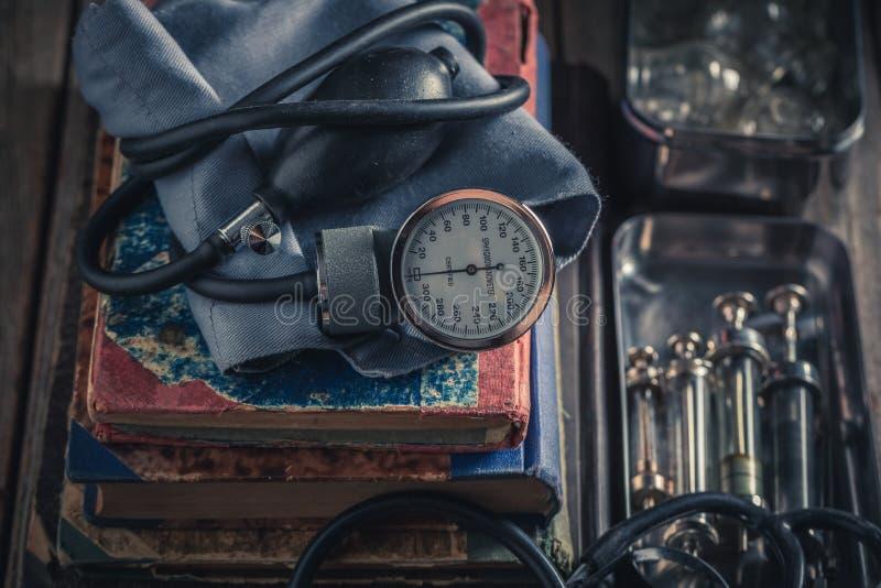 Antykwarski ciśnienie krwi monitor jako medyczny edukacji pojęcie obraz stock