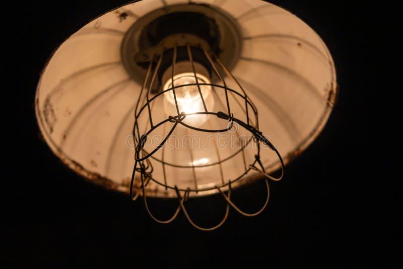 antykwarski ciemny biurka ?uny zieleni lampy rocznik fotografia stock