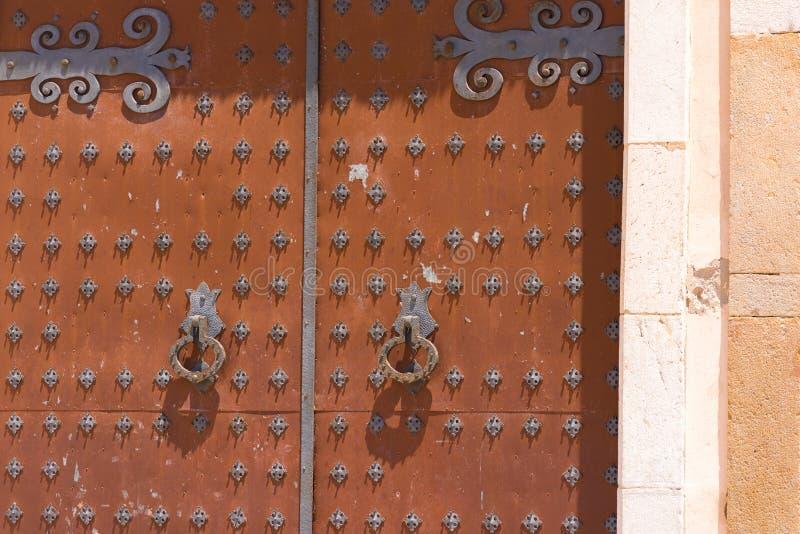 Antykwarski dokonanego żelaza drzwi kościół Sant Bartomeu i Santa Tecla w Sitges, Barcelona, Catalunya, Hiszpania Zakończenie zdjęcie stock