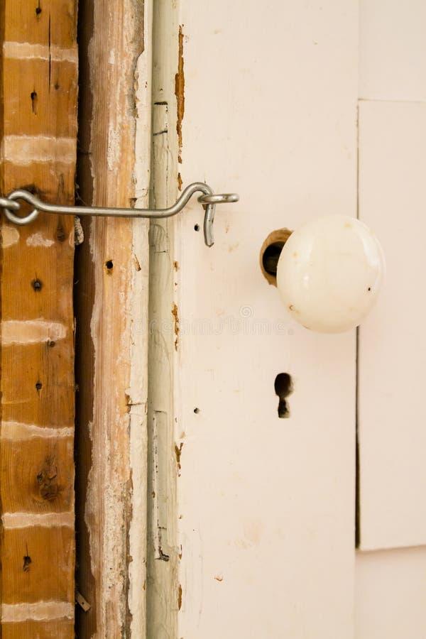 Antykwarski doorknob na zamkniętym białym drzwi obraz royalty free