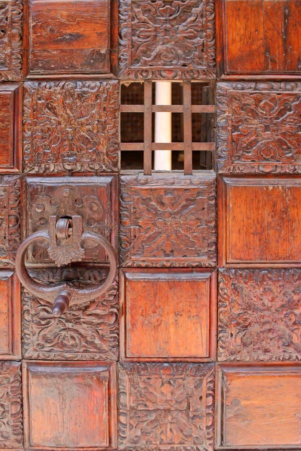 Antykwarski drewniany drzwi z kwadratowym ornamentem w Wenecja Włochy zdjęcie stock