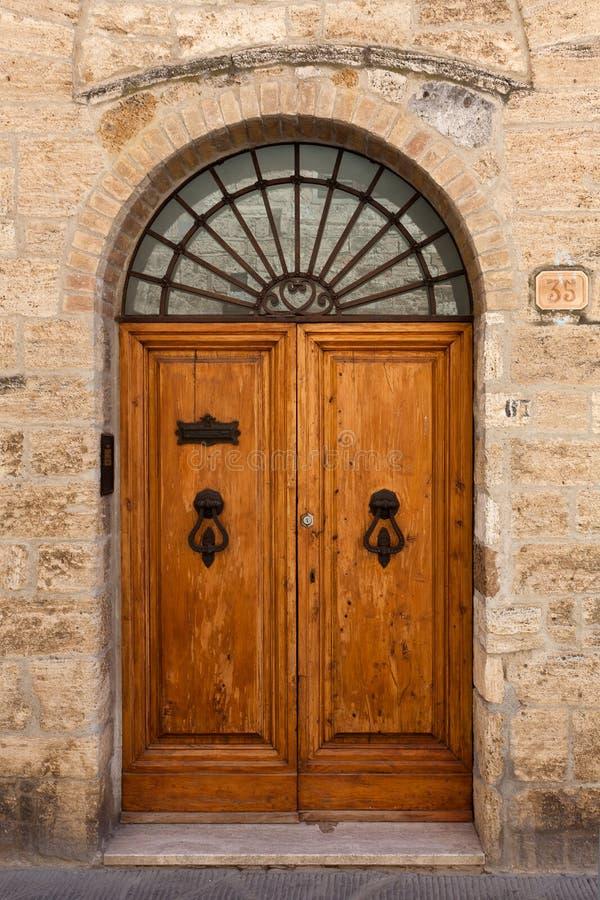 Antykwarski drewniany drzwiowy San Gimignano, Siena, Tuscany, Włochy obraz stock