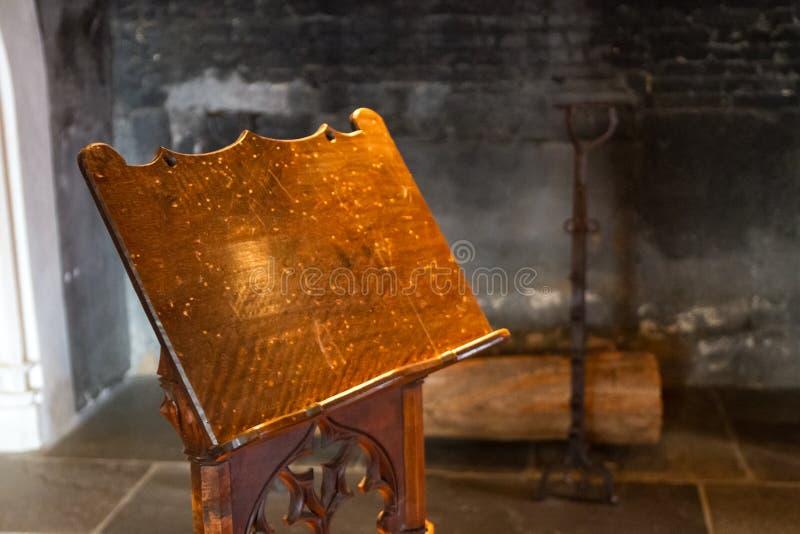Antykwarski drewniany pulpit indoors zdjęcie stock