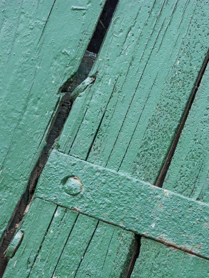 Antykwarski drzwi z drewnianymi deska panel wiejski dom z żelaznymi załatwia częściami, Włochy zdjęcia royalty free