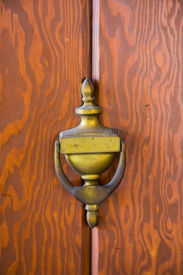 Antykwarski drzwi z Mosiężnym Knocker obrazy royalty free