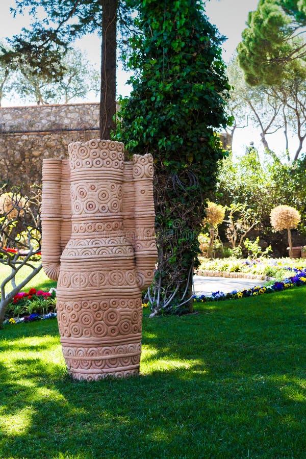 Antykwarski gliniany dzbanek w ogródzie parku lub, Giardini Capri, Włochy obrazy royalty free