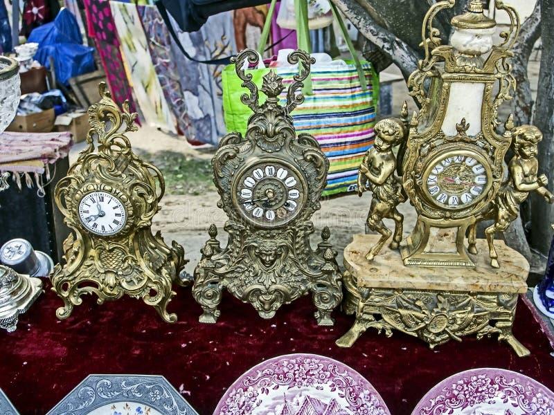 Antykwarski gzyms kominka zegar sprzedający przy pchli targ fotografia stock