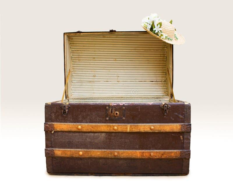 antykwarski kapeluszowy parostatku słomy bagażnik fotografia stock