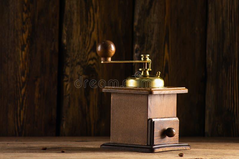 Antykwarski kawowy ostrzarz i trzy adry kawa na stole zdjęcie stock