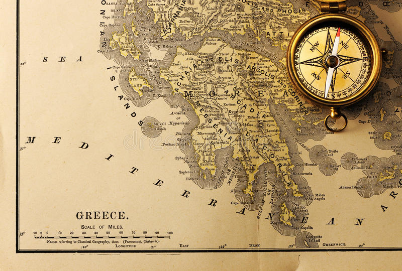 Antykwarski kompas nad starą XIX wieka mapą zdjęcie stock