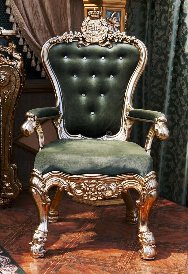 Antykwarski krzesło tapicerujący w aksamicie obraz royalty free