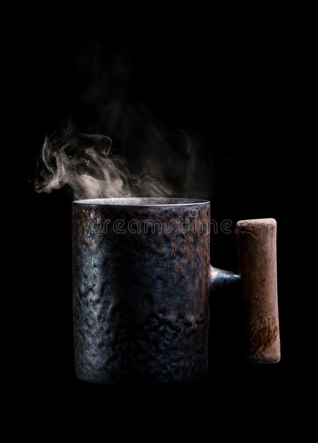 Antykwarski kubek z aromatyczn? kaw? zdjęcie royalty free