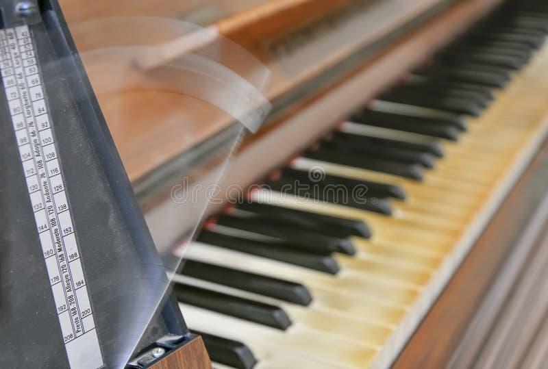 Antykwarski metronom zaznacza rytm muzyka fotografia royalty free