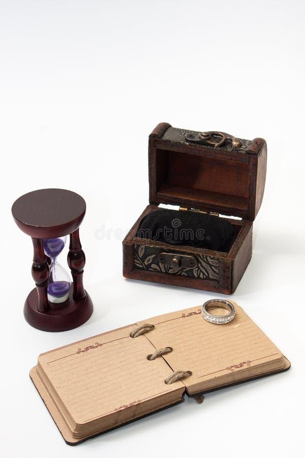 Antykwarski retro dzienniczek odskakuje z arkaną i hourglass z złotym ri zdjęcia royalty free