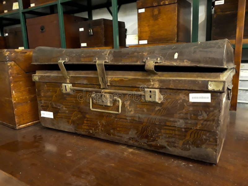 Antykwarski silny pudełko z kombinacją zarówno jak i kluczowy kędziorek Wśrodku jeden pokoje Mandiri muzea w Dżakarta zdjęcie royalty free
