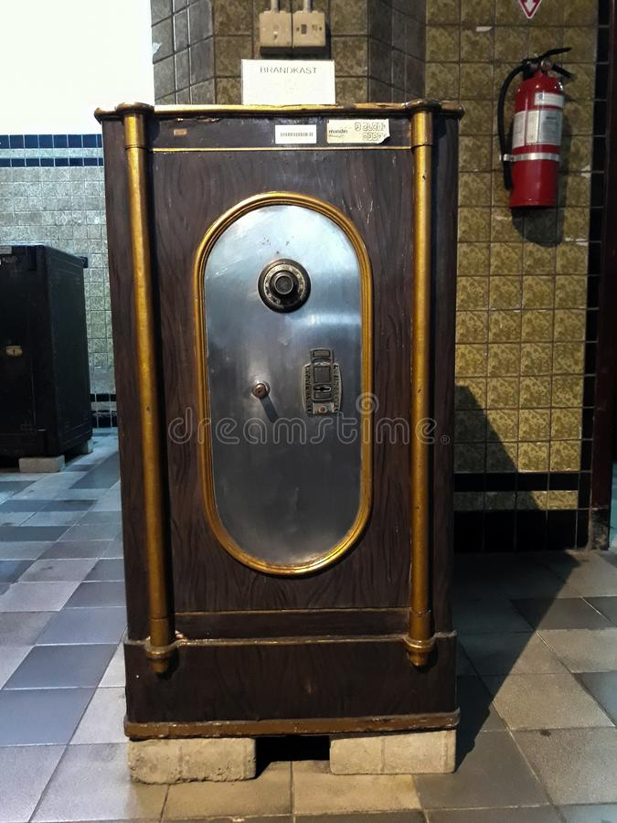 Antykwarski silny pudełko z kombinacją zarówno jak i kluczowy kędziorek Wśrodku jeden pokoje Mandiri muzea w Dżakarta obrazy royalty free