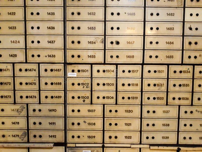 Antykwarski silny pudełko z kombinacją zarówno jak i kluczowy kędziorek Wśrodku jeden pokoje Mandiri muzea w Dżakarta zdjęcia royalty free
