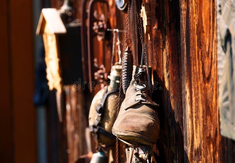 Antykwarski starego stylu przedmiota retro zbiorowisko na drewnianej ścianie, nieociosany przełaz stare łyżwy zdjęcia stock