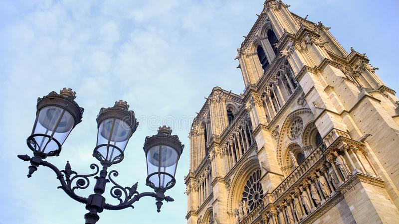 Antykwarski streetlight i Notre-Dame katedra, zwiedza w Paryż, Francja fotografia stock
