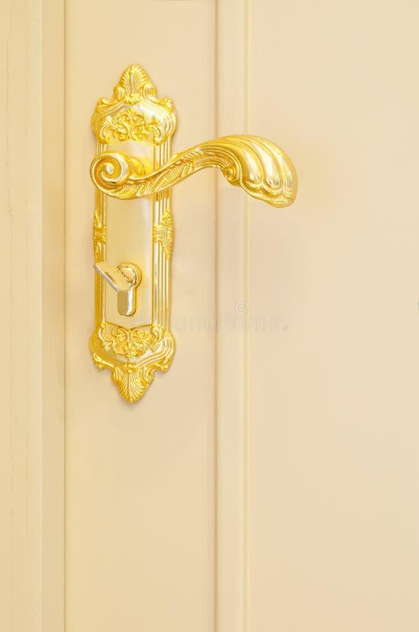 Antykwarski złoto matrycował drzwiową rękojeść na żółtym drzwi obrazy royalty free