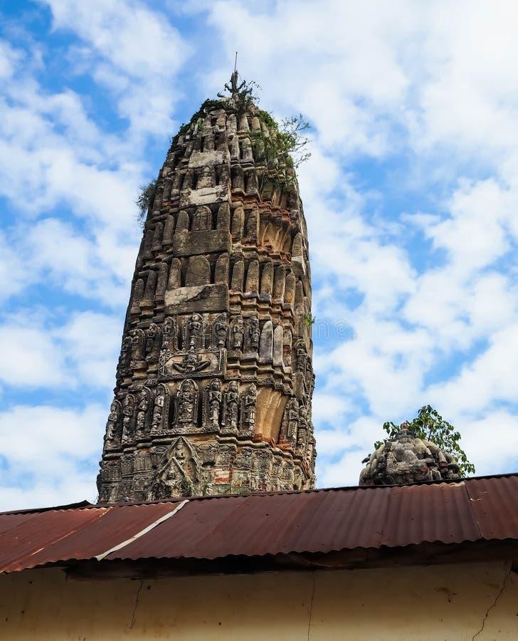 Antykwarskie pagody są nad rdzy cyny dachem fotografia royalty free