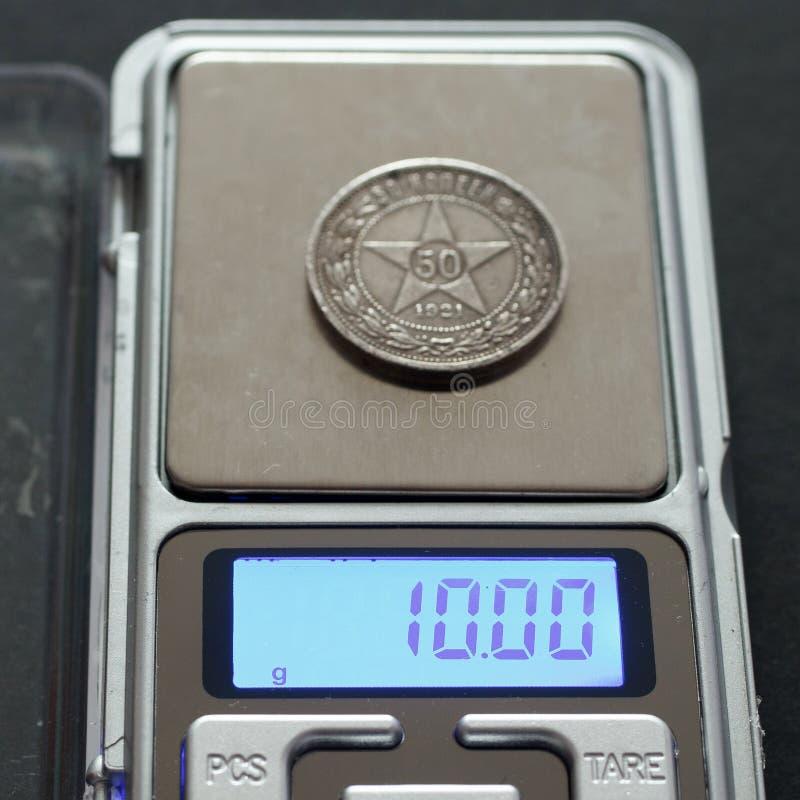 Antykwarskie Rosyjskie srebnej monety 50 kopiejki 1921 na skalach na czarnym tle obrazy stock