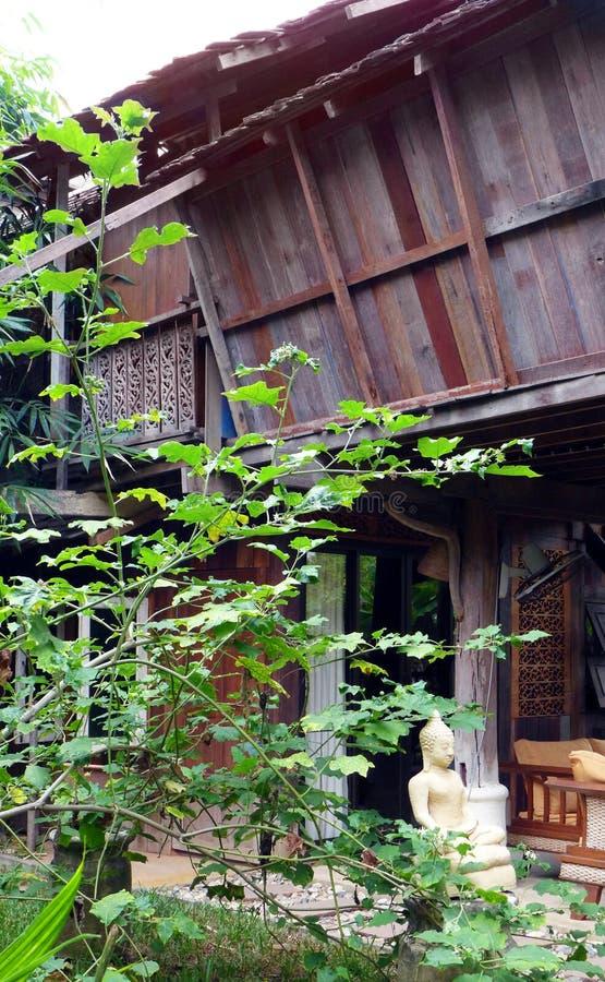 Antykwarskiej architektury Tajlandzki drewniany dom obraz royalty free