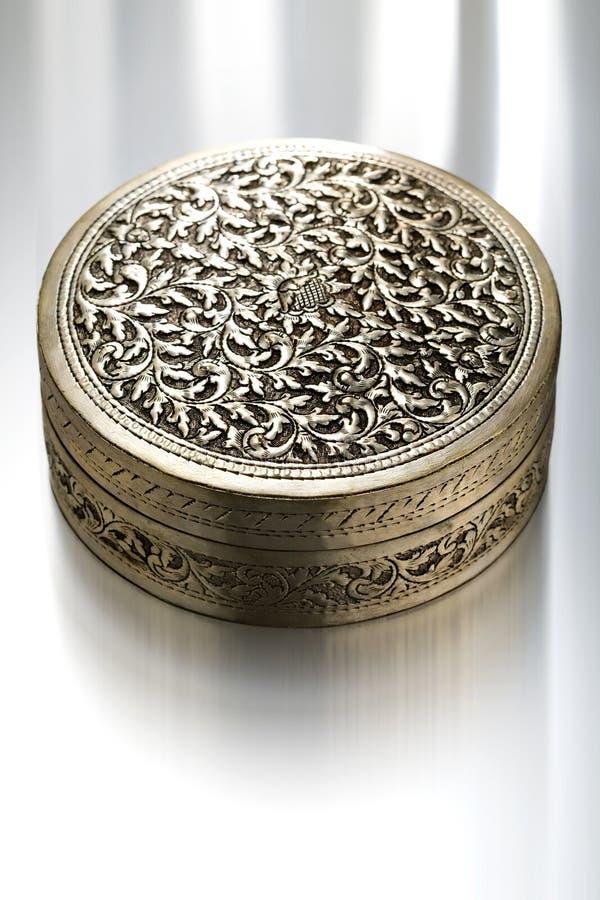 antykwarskiej skrzynka kwiecisty metal deseniujący zdjęcie royalty free