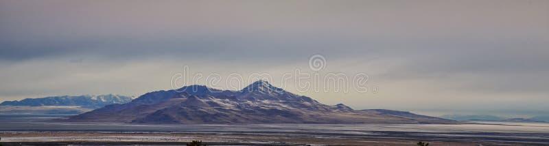 Antylopy wyspy widok od magnumów, ogólny cloudscape przy wschód słońca z Wielkim Salt Lake stanu parkiem w zimie usa Utah obraz stock