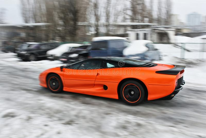 Anuary 3, 2013; Kiev, Ucrânia Jaguar XJ220 Veículo no movimento Inverno frio imagem de stock
