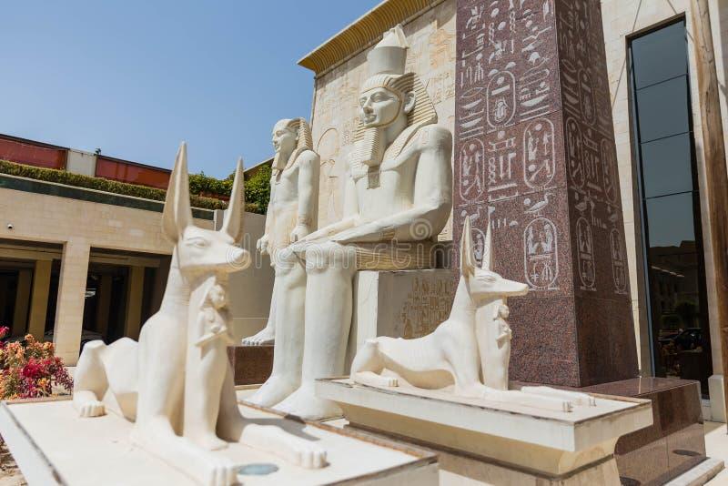 Anubisstandbeeld dat met Zandsteen met Farao in Doubai maakte royalty-vrije stock afbeeldingen