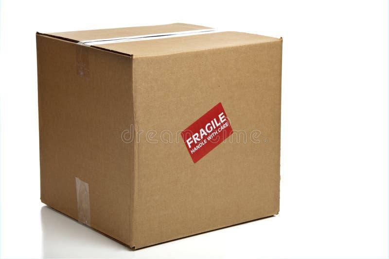 Anule a caixa de cartão fechada com uma etiqueta frágil fotos de stock royalty free