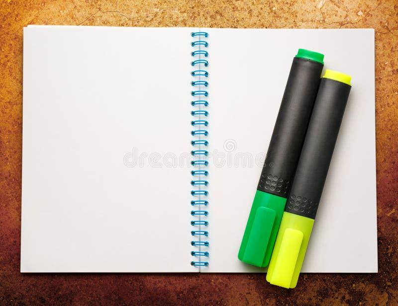 Anule o bloco de notas aberto com marcadores imagens de stock royalty free