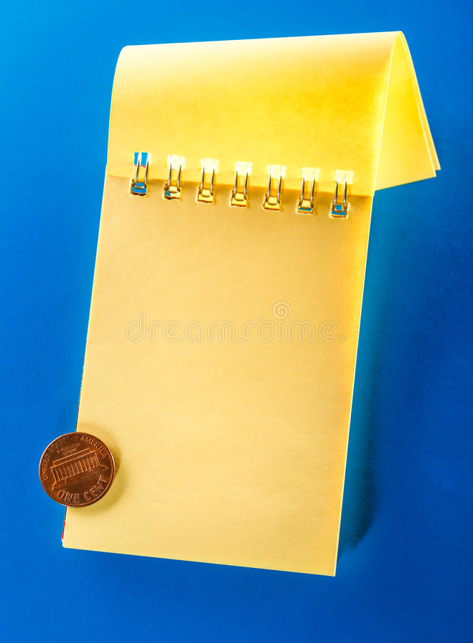 Anule o caderno aberto com centavo imagem de stock royalty free
