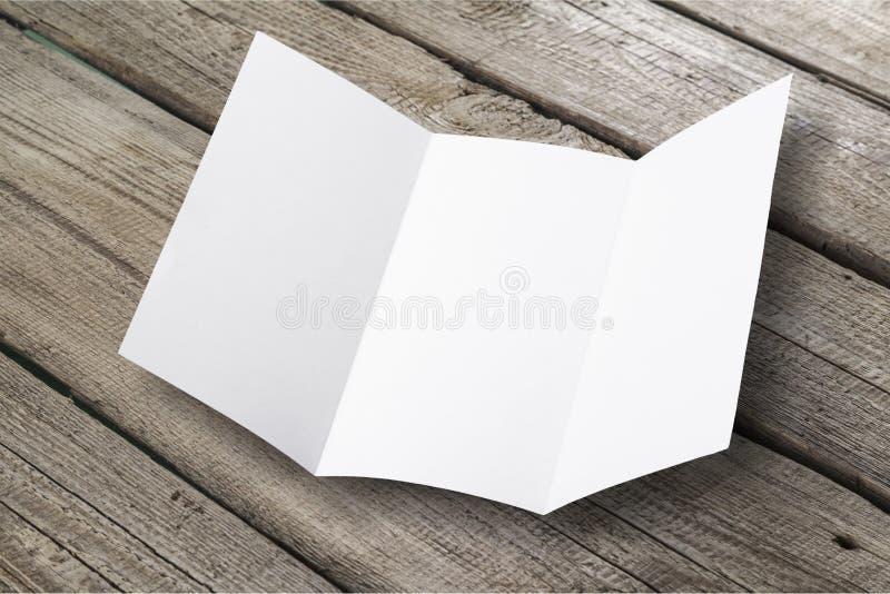 Anule o cartão dobrado no fundo de madeira foto de stock