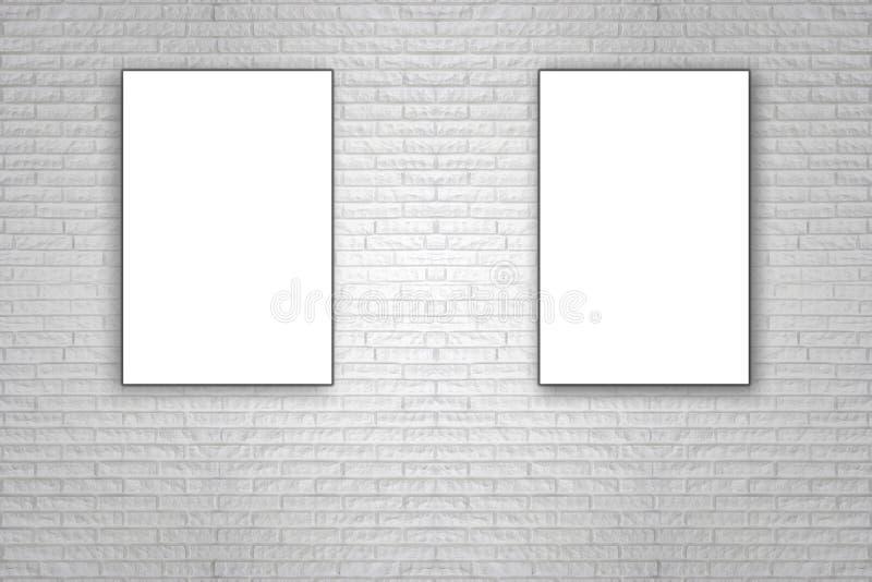 Anule o cartaz de papel dobrado que pendura na parede de tijolo branca foto de stock royalty free