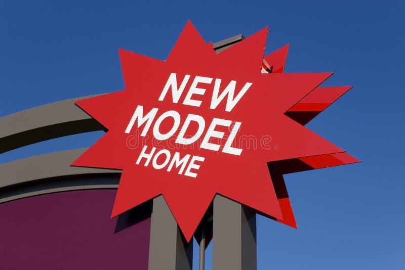 Anunciando o sinal para bens imobiliários novos imagem de stock royalty free