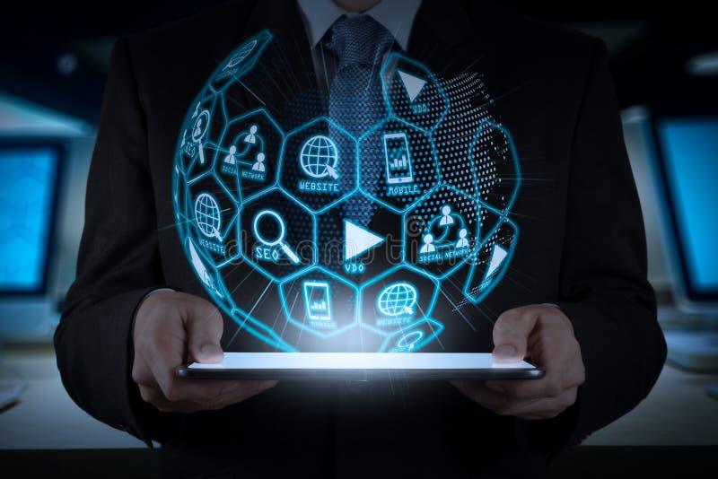 Anuncio de la página web de los medios del márketing de Digitaces, correo electrónico, red social, SEO, app video, móvil en diagr imagen de archivo